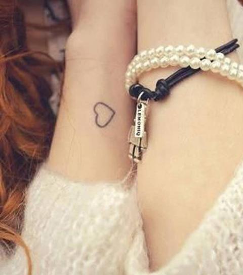 Tatouage poignet femme : 20 idées de petits motifs