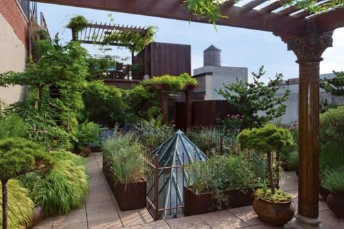 city garden at 248 West 23rd Street, Chelsea penthouse private rooftop garden.  See the whole penthouse and garden here:  http://www.homedsgn.com/2012/04/01/private-garden-paradise-in-chelsea/#more-38745