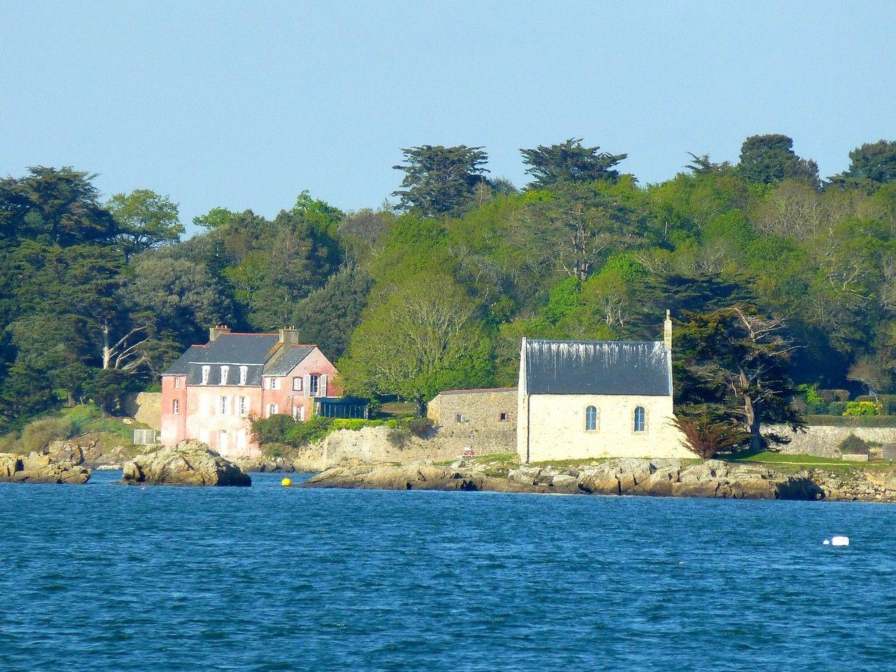 Chapelle de l\'île de Boedic devant la maison rose à Séné   Fran ...