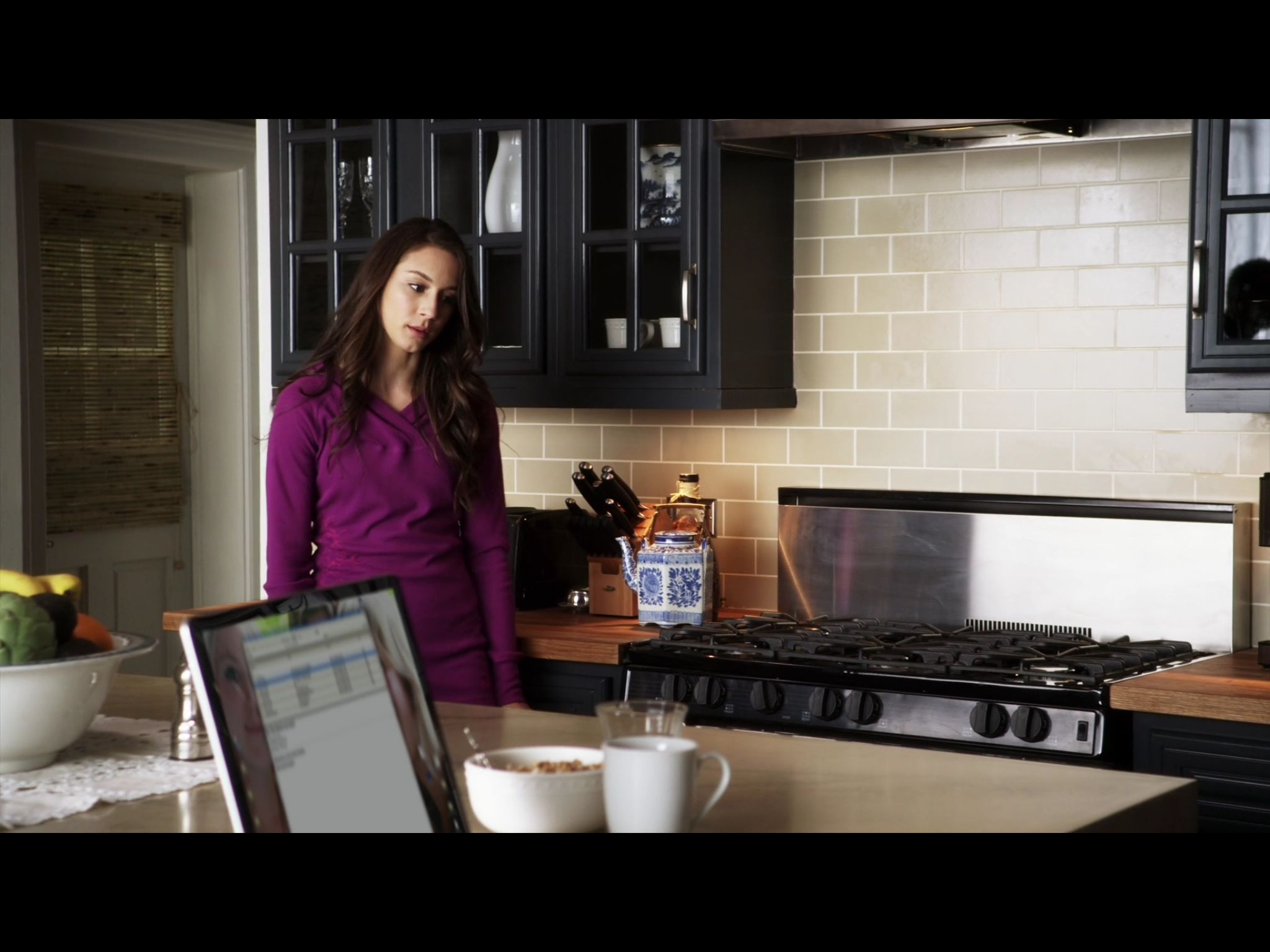 Related spencer hastings living room hanna marin kitchen - 1x3 Spencer At Home In The Kitchen In The Morning With Her Mom And Melissa