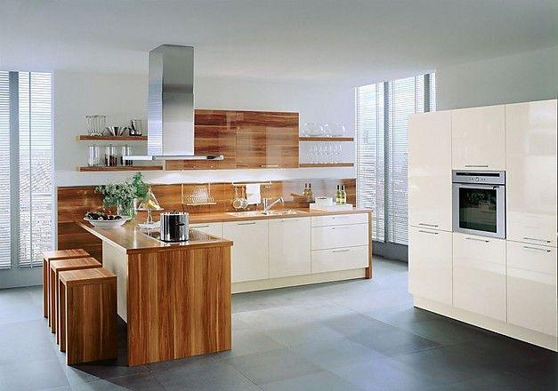 Kuechenzeile-und-Geraetehochschraenke-in-Hochglanz-Magnolie-mit - küche mit theke