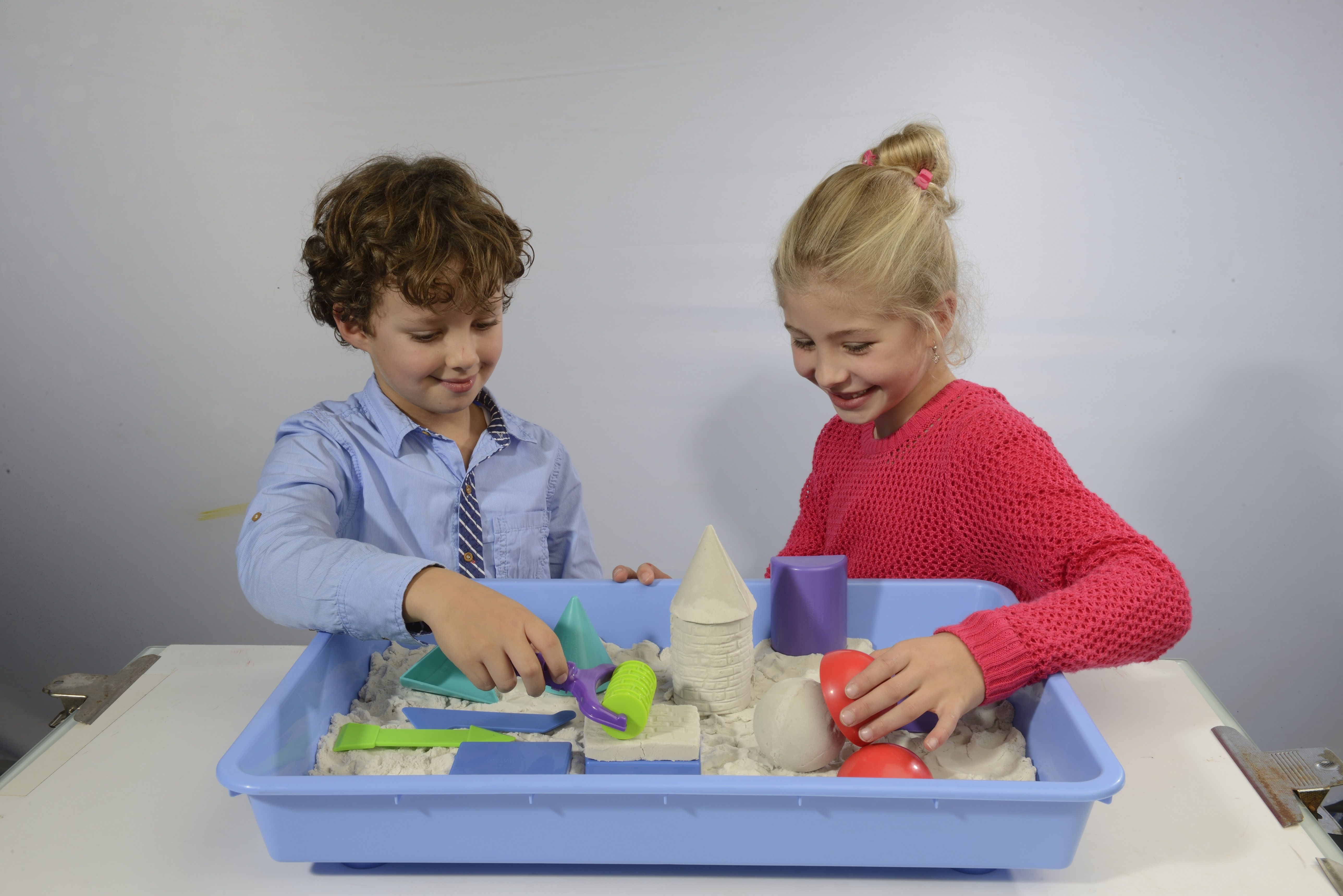 Kinder spielen mit Super + Kinetic Sand