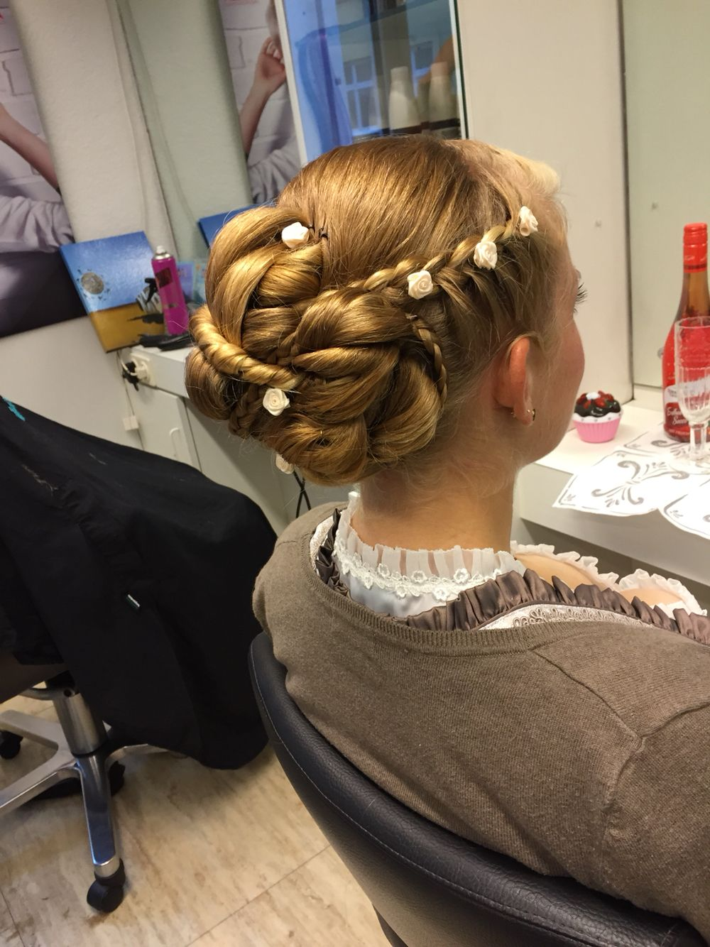 Hoczeitsfrisur Fur Eine Dirndl Hochzeit Und Einer Jungen Dame Mit Wahnsinnig Dickem Haar Dirndl Frisuren Hochzeit Frisur Hochgesteckt Hochsteckfrisur
