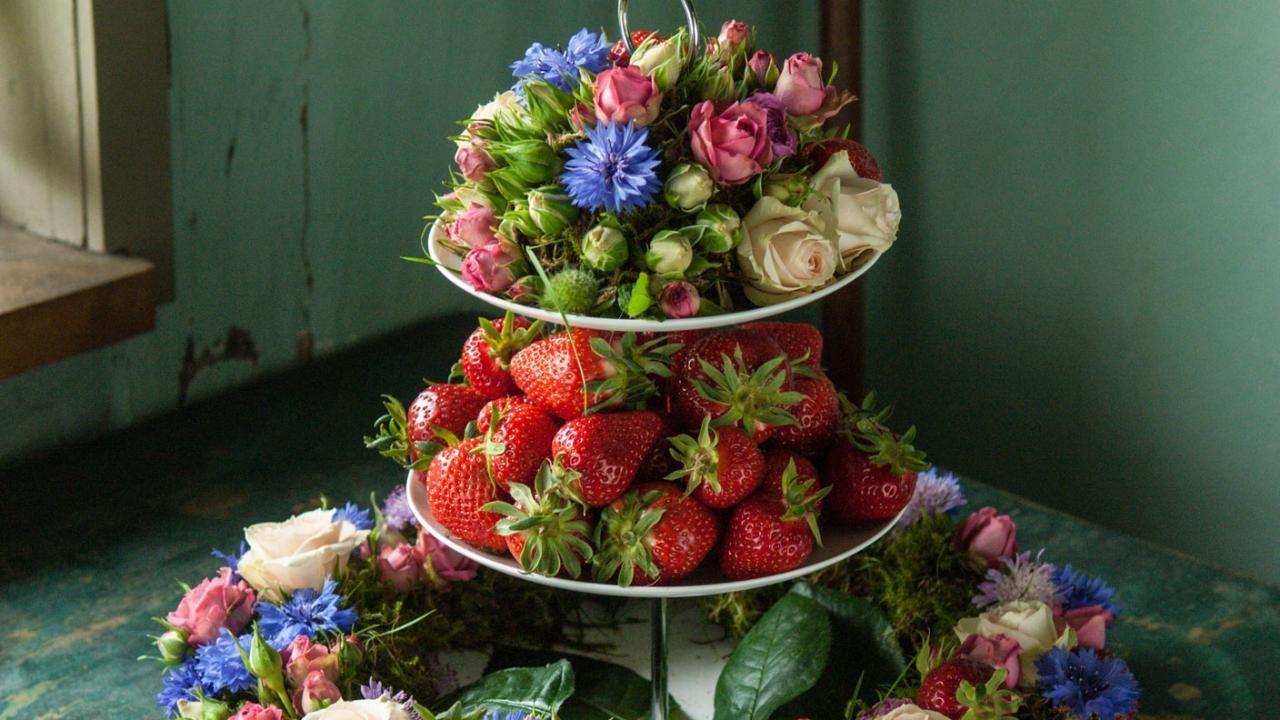 Holger Schweizer holger schweizer kombiniert frühlingsblumen mit einem trendigen wohn