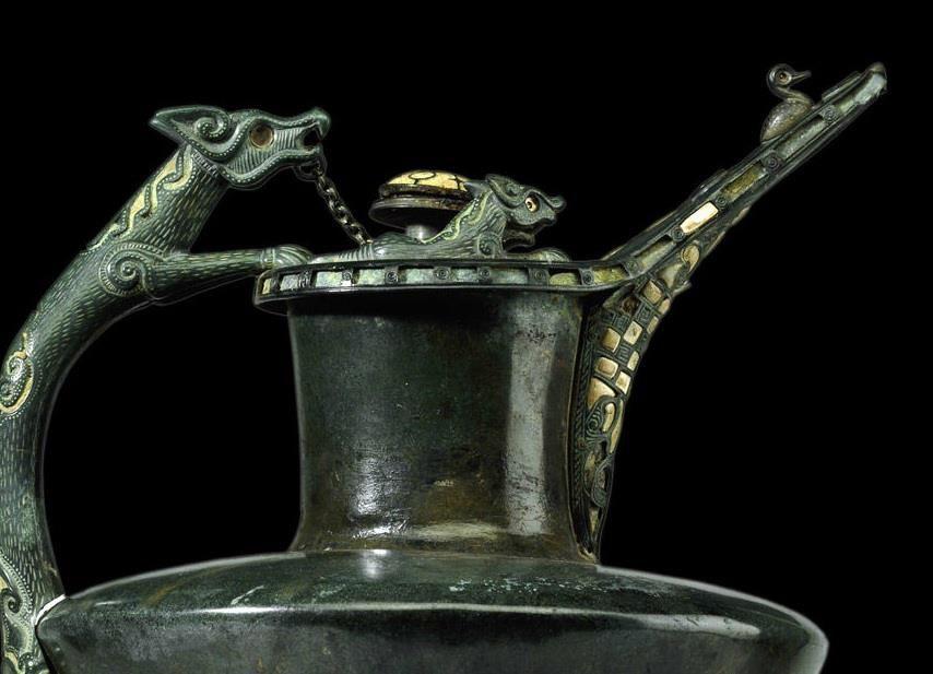 Oenochoé de la Basse Yutz - Détail  En bronze, découvert en Lorraine  Période de la Tène    Source : Musée d'Archéologie Nationale St Germain  Pour effectuer une magnifique visite virtuelle du Musée, cliquez ici : http://www.visite-virtuelle-man.maison-histoire.fr/
