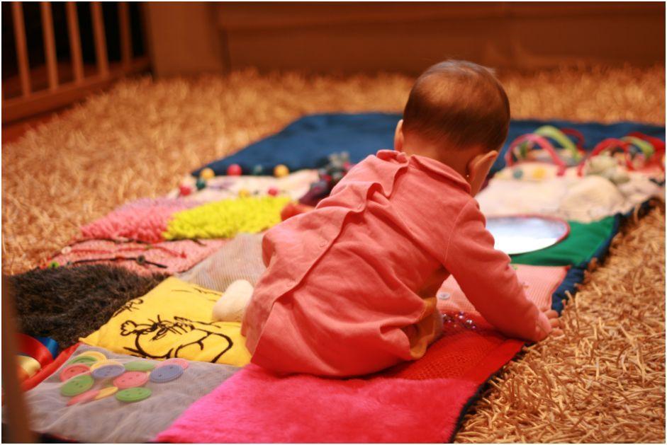 Asociación Mara Coser Una Mantita De Actividades Para Tu Bebé Manta De Juegos Bebe Manta De Actividades Actividades Para Bebes