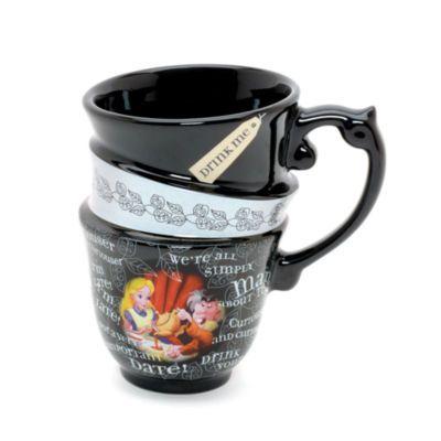 Questa originale tazza di Alice nel Paese delle Meraviglie inganna gli occhi con l'effetto di tre tazze impilate una sull'altra. Con le immagini di Alice e il Cappellaio matto e citazioni famose del classico dell'animazione Disney, è l'ideale per gustarsi un buon tè in compagnia anche quando si è da soli!