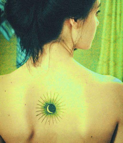 Petit Tattoo Soleil En Couleur Sur Le Dos Https Tattoo Egrafla Fr