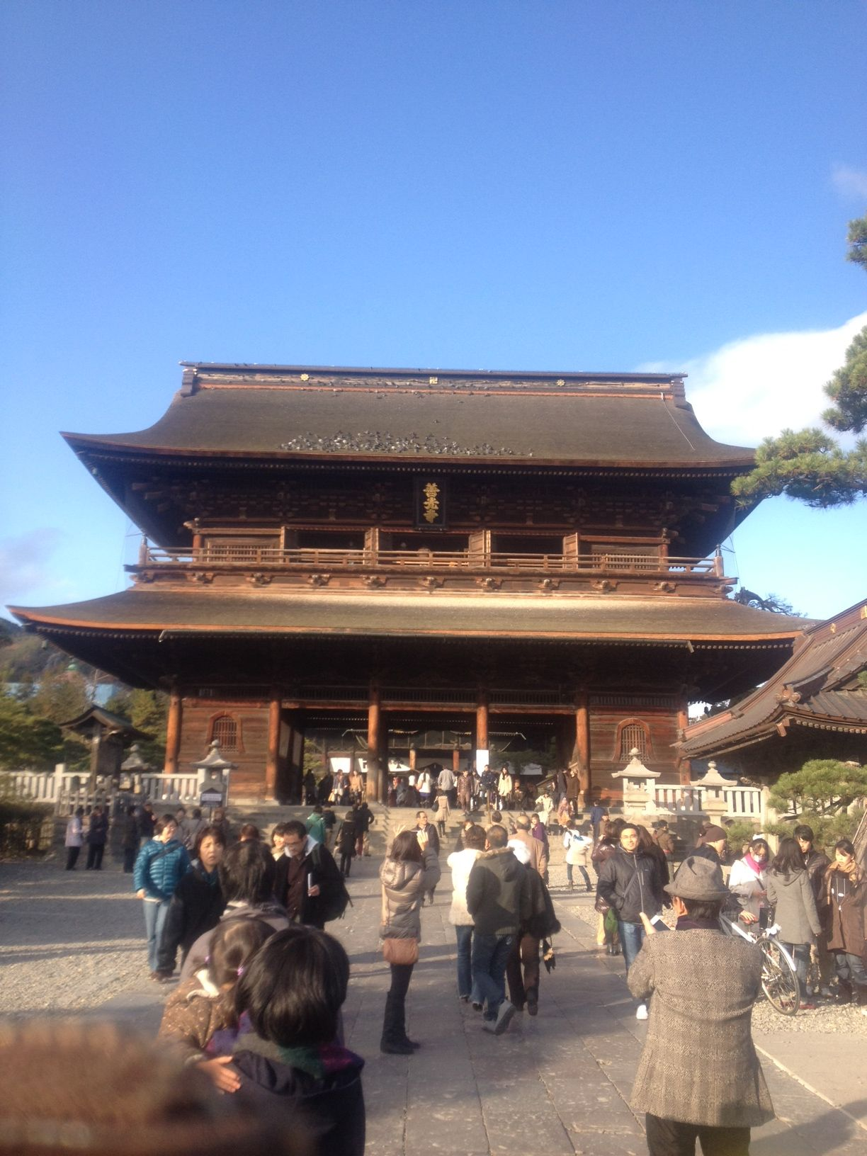 """The main gate of a temple""""Nagano Zenko-ji"""". Though I could climb it in this main gate of a temple, I stopped it because I was quite high."""