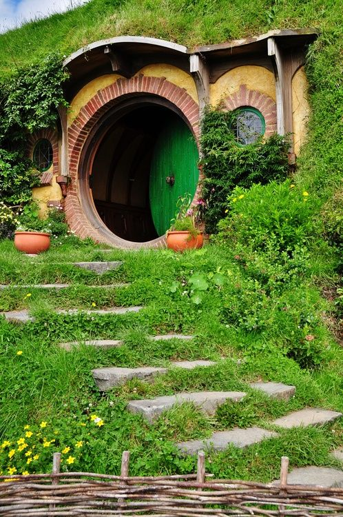 Hobbit houses really do exist wacky houses pinterest for Porta hobbit