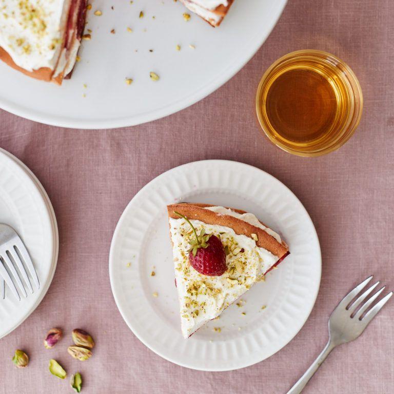 Almond meringue torte with strawberries and ricotta cream