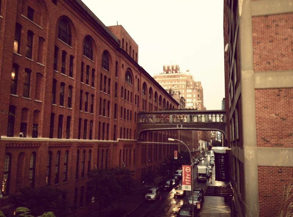 En Chelsea, New York    Un ascensor me conduce hasta aquí..