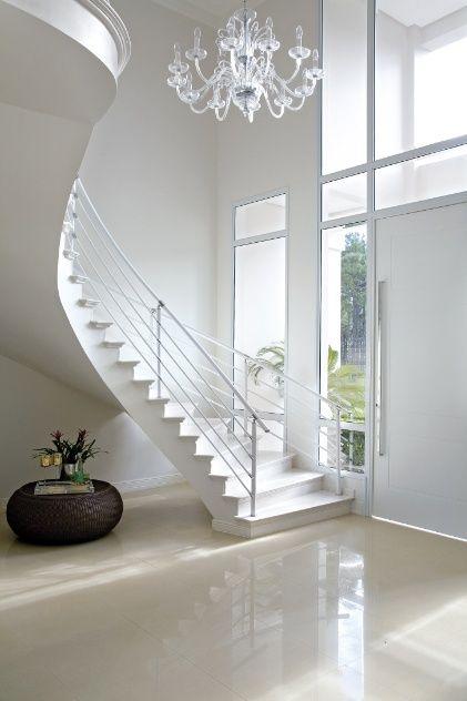 para aproveitar o espaco debaixo da escada logo no hall de entrada o arquiteto rogerio perez  -> Decoração De Hall Com Escada