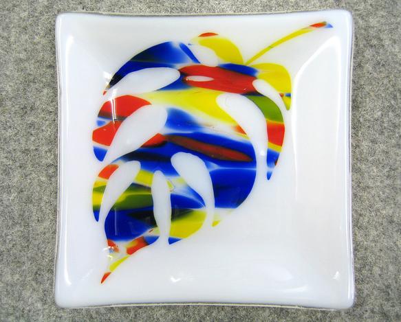 ベースが乳白色で青、赤、黄色で模様の入ったガラスをモンステラの葉っぱ模様にサンドブラストし 透明なガラスの上に乗せ焼成し出来上がったガラス板を曲げ加工してあり... ハンドメイド、手作り、手仕事品の通販・販売・購入ならCreema。