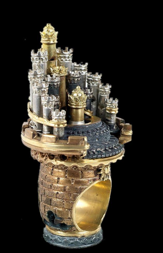 Alessandro Dari - Cattedrale Musicale - Anello in bronzo, oro e argento con diamanti e rubini. Le torri stanno a formare, intorno a una tastiera, le canne di un organo.