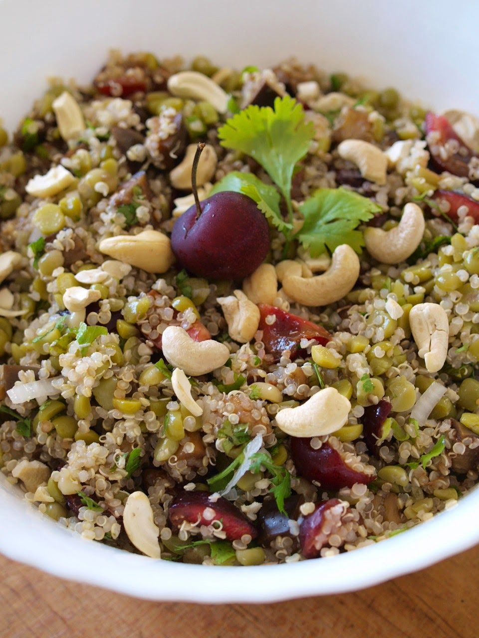Salade de pois cassés, quinoa, cerises et aubergines