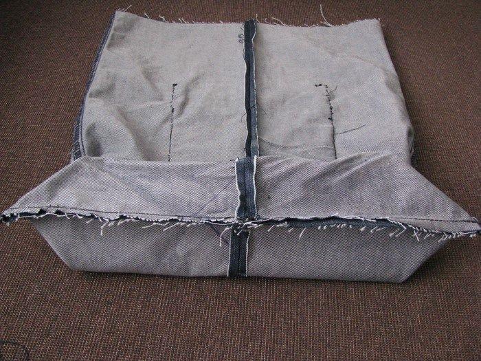 Hoy vamos a enseñar como reciclar un pantalón vaquero. Es fácil, de un nivel medio mas o menos y en un par de horas aproximadamente, de un pantalón vaquero sacaremos o crearemos una bolsa vaquera m…