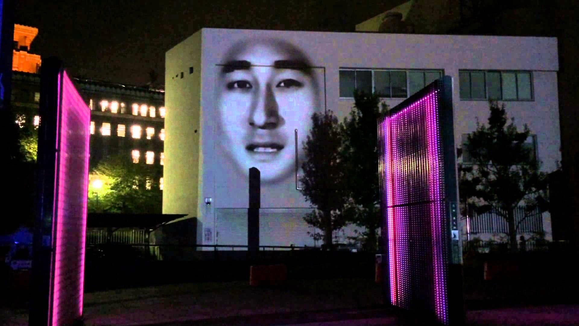 スマートイルミネーション横浜で壁に巨大な顔! Big face on the wall of building!