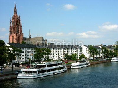 Ausflugsschiffe am Mainkai mit dem Dom im Hintergrund in Frankfurt am Main