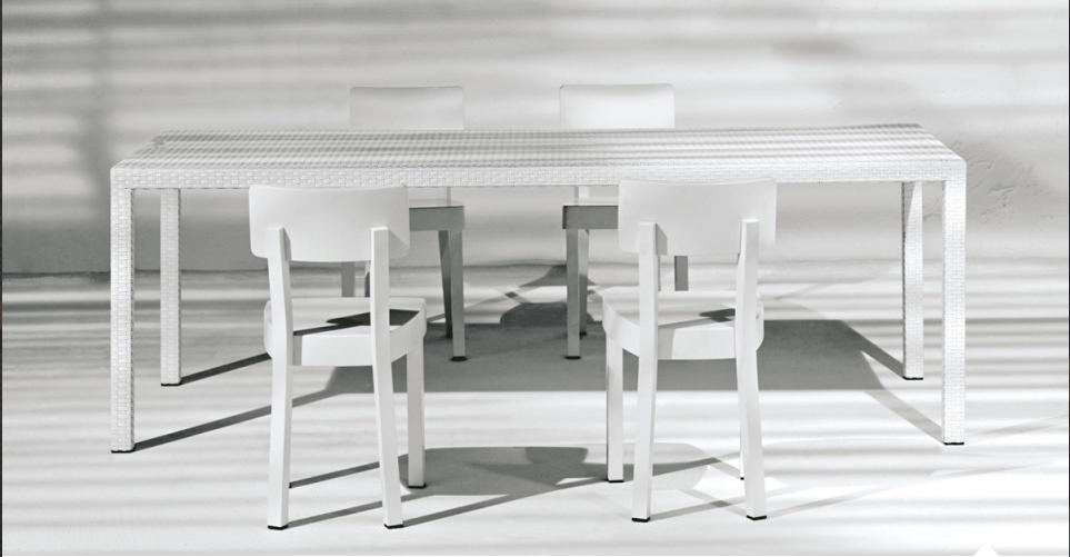 Leichtgewicht – Der Designerstuhl INOUT CHAIR WHITE aus pulverbeschichtetem Aluminium ist für den Innen- und Außenbereich gleichermaßen geeignet. Die edle und pflegeleichte Oberfläche verleihen dem Retro-Küchen-Look des INOUT CHAIRS WHITE der Designerin Paola Navone die besondere Note.