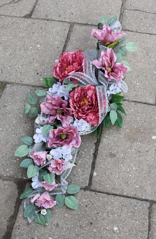 Wiązanka nagrobna na wianku wiklinowym; sztuczne kwiaty