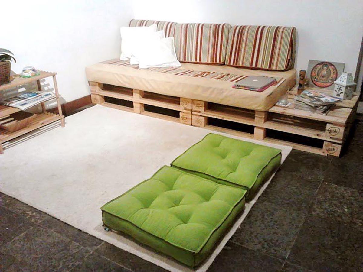 A sala do casal com sof e mesa auxiliar feitos de - Mesa auxiliar sofa ...