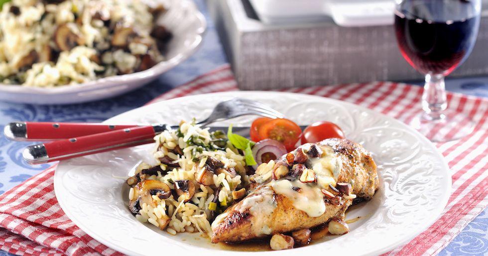 Härligt smakrik blir kycklingen med en fyllning av gorgonzola. Servera med krämig svamprisotto och du har en riktig kalasmåltid!
