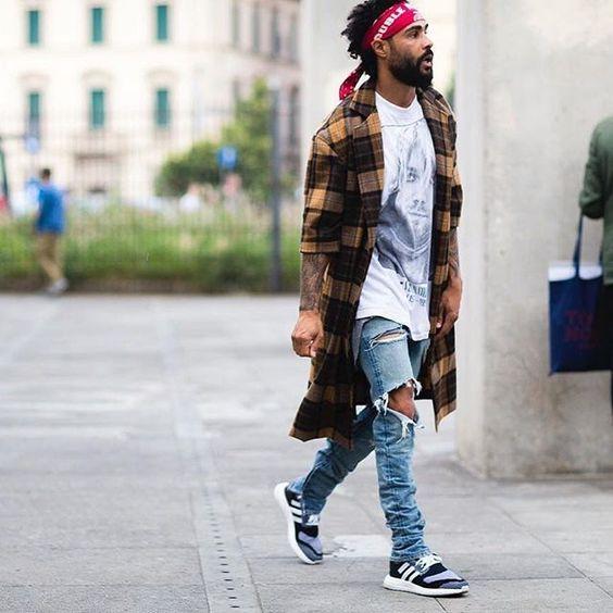 31c6375164569 Looks masculinos para curtir os festivais de música com muito estilo, calça  rasgada e bandana