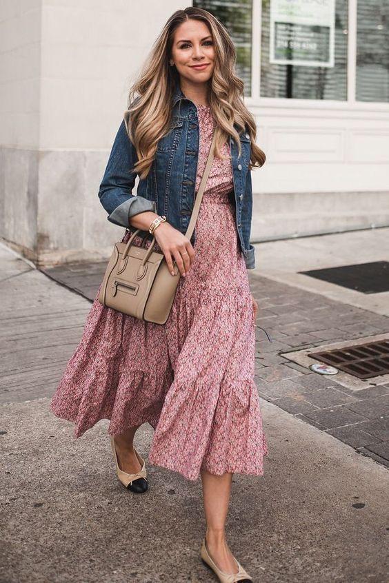 Pra curtir o FDS com estilo, leveza e conforto. Vestido estampado com jaquetinha jeans.