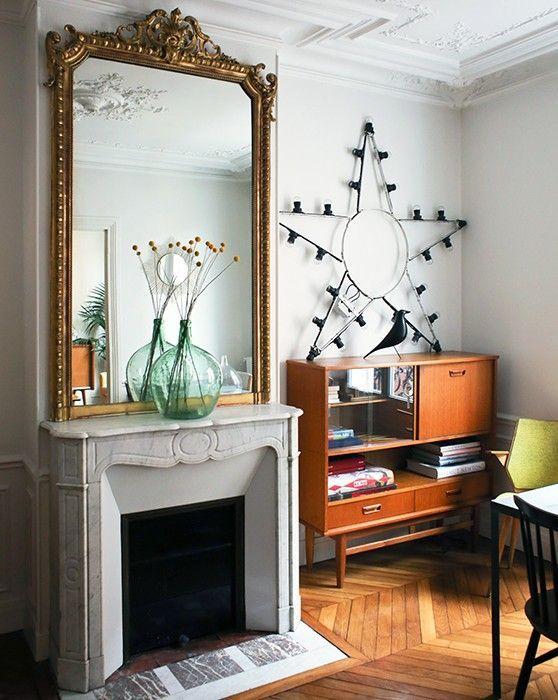 Ambiance vintage autour de la cheminée avec ce meuble en bois 50s et étoile récup