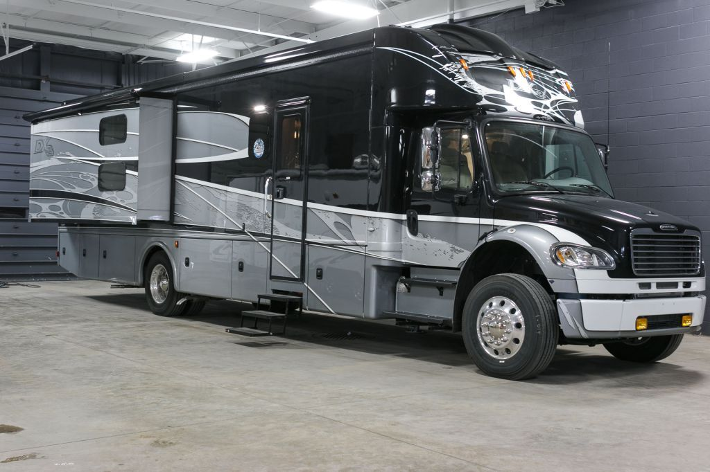 Family Size Motorhome 2017 Dynamax Corporation Dx3 37bh Rolling In At 39 Long There Is A Master Bedroom With A King Bed An Motorhome Luxury Rv Super C Rv