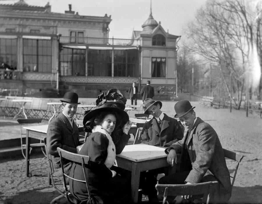 Helsinki, nuoria Kaivohuoneen edustalla Kaivopuistossa. Tuntematon kuvaaja, 1900-luvun alussa. HKM