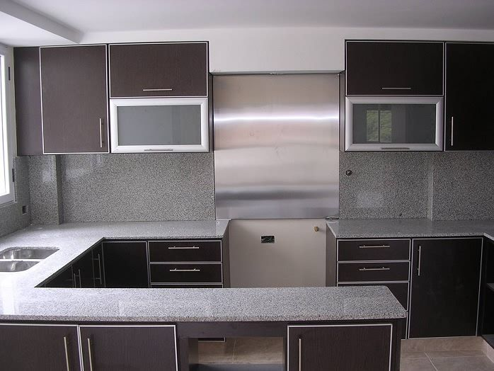 cocina con muebles wengue y granito gris reforma alicante