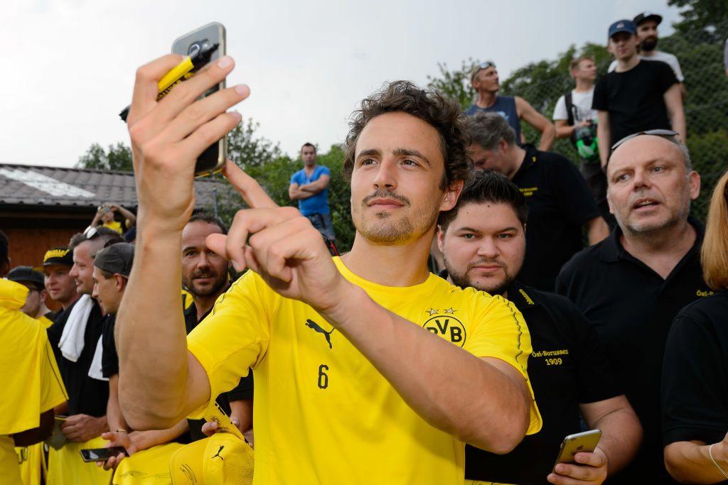 Bad Ragaz Switzerland August 01 Thomas Delaney Of Dortmund Takes A Selfie With A Supporter During The Borussia Dortmund T Borussia Dortmund Dortmund Selfie