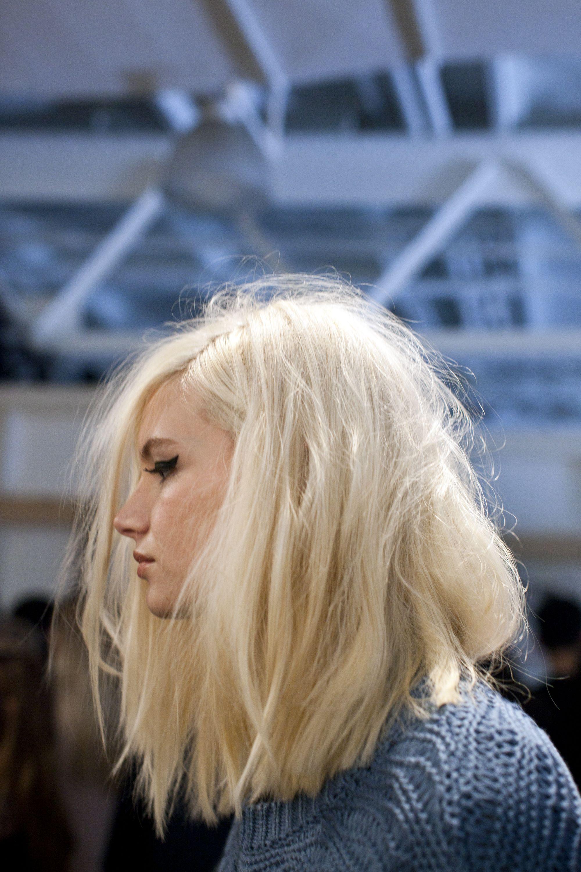Carre Plongeant Mi Long Blond Polaire   Coiffures Cheveux Longs