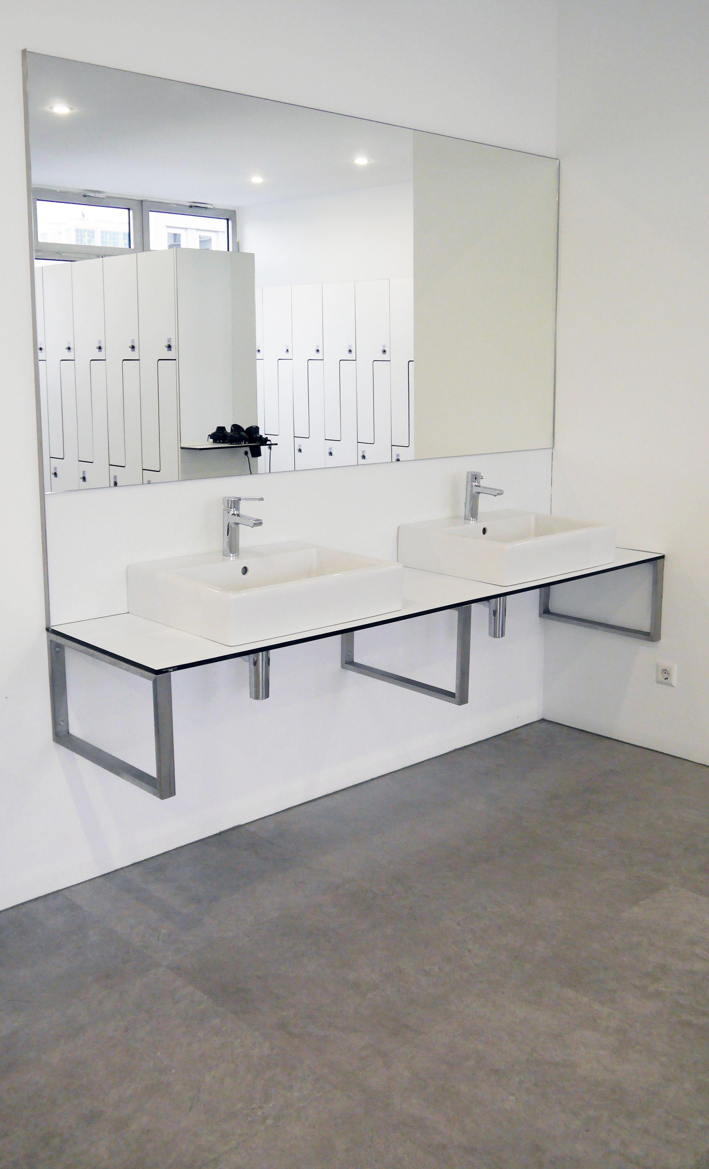 Waschtisch Mit Doppelwaschbecken Und Spiegel Massgefertigte Wandhalter Aus Edelstahl Innenarchitektur Waschtisch Innenausbau