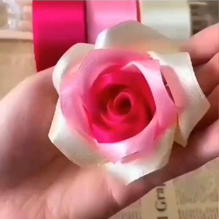 Inspiração para decoração Dia dos Namorados ❤️ . Clique duas vezes no vídeo se você ama artesanato!  Mais uma flor perfeita 🌹 💕 mostre essa inspiração para uma amiga artesã, marque ela aqui nos comentários 🥰 . . Blog: www.artecomquiane.com . Loja: www.quianestore.com . . . .  #amor #coração  #artesanato #diy #façavocêmesmo #artecomquiane #campinas #blogueirasdecampinas #empreendedorismo #empreendedorismofeminino #felicidade #alegria  #ateliê #reciclagem #reciclagemcriativa #pattern