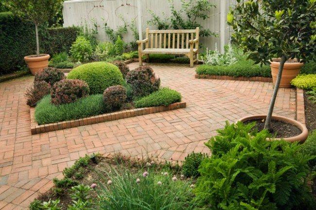 Inselbeet Garten Rote Ziegel Bodenbelag Buchsmaumkugel Töpfe