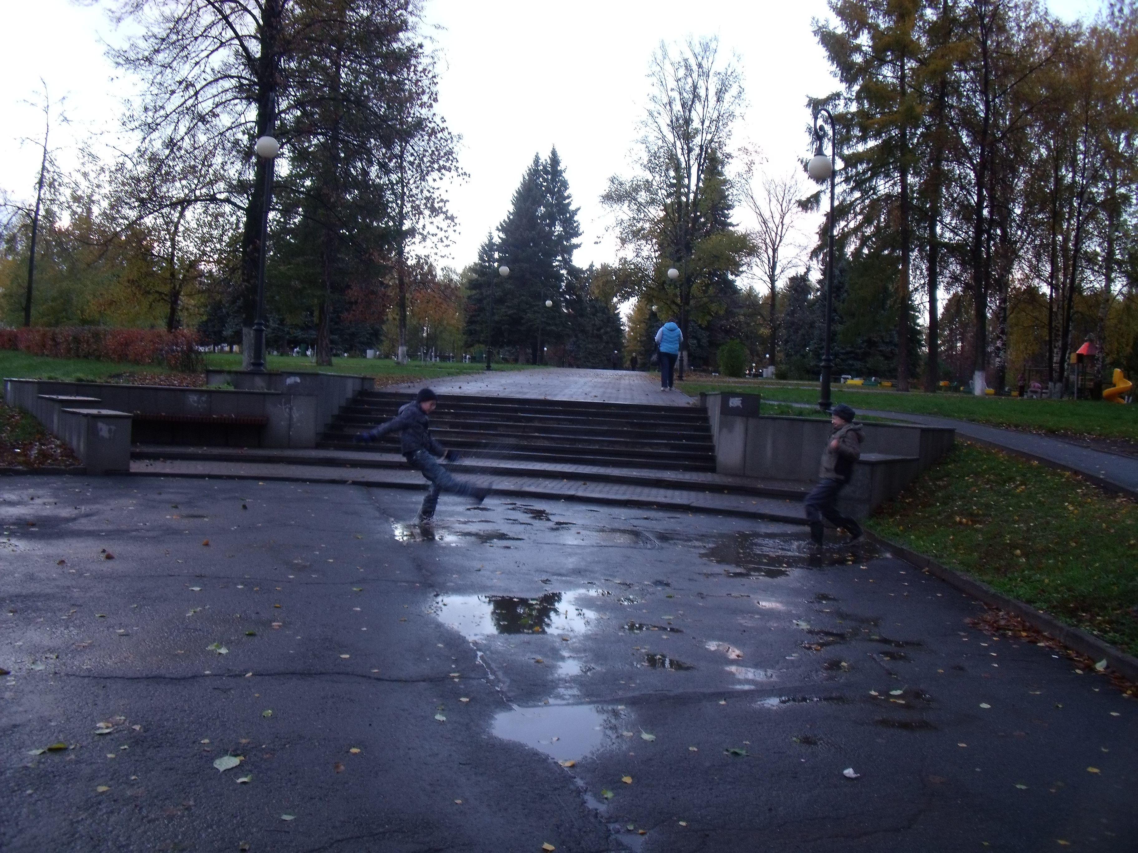 Nens jugant a llençar-se aigua dels bassals.