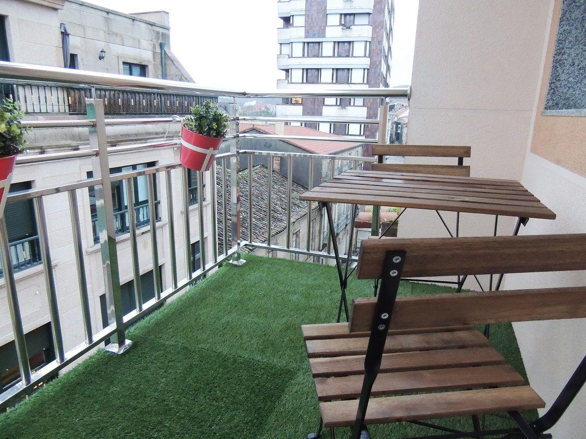 Peque o balc n low cost con c sped artificial y mobiliario for Mobiliario balcon