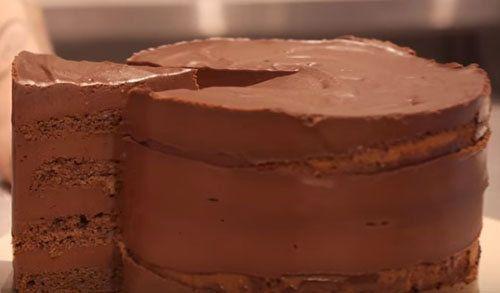 Вкусный шоколадный торт рецепт для шокоманов  Вкусный шоколадный торт рецепт настолько шоколадистый, что его будут любить все шокоманы и шокоголики!  Торт украсит праздничный стол и подойдет для тесного круга друзей...  Рецепт от подруги и коллеги Джейми Оливера уже вам известной Джеммы-Королевы кексов. Новый рецепт от Джеммы - вкуснейший шоколадный торт, напоминающий по вкусу трюфель!