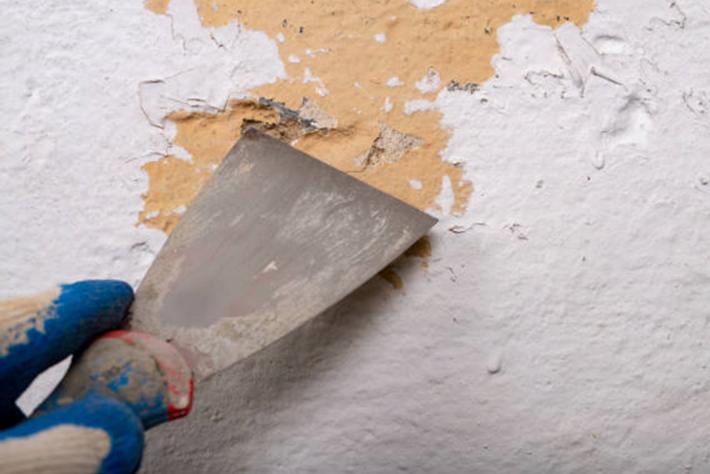 Comment Decaper La Peinture Sur Du Bois Du Metal Du Carrelage Ou Sur Un Mur Tout Pratique Peindre Des Murs En Beton Comment Peindre Un Mur Decapant