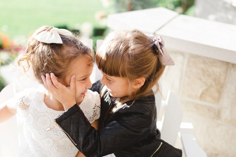 Cute sisters, family session. Photo by Lisa Renault Photographie