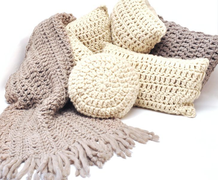 .: Almohadones y pies de cama tejidos 100% a mano