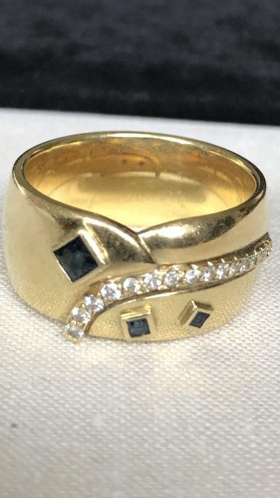 Gouden ring met saffieren en diamanten - maat EU-RM 665  Groot en zwaar 18 karaats vergulde unisex ring gemaakt op persoonlijke bestelling met 3 vierkante saffieren (grotere één van 3x3mm en 2 kleinere van minder dan 2mm) en 16 diamanten in briljante gesneden van 0 03K (totaal over 0 5ct) wit F duidelijkheid VS1gewicht 210-g maat EU-RM 665Zal worden verzonden per aangetekende post met verzekeringEdelstenen zijn vaak behandeld om kleur en helderheid te verhogen. Dit is niet onderzocht voor…