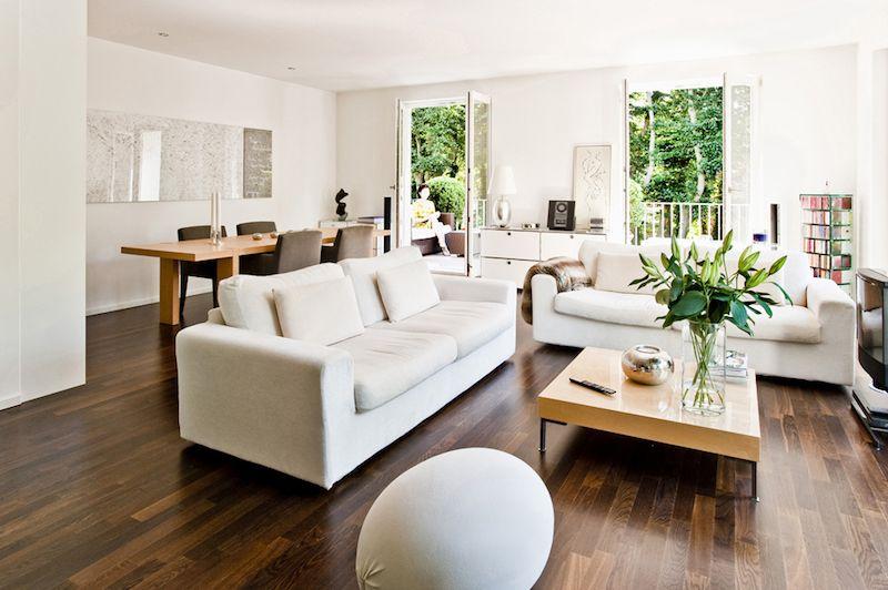 idée déco salon blanc mais chaleureux avec parquet foncé et canapés