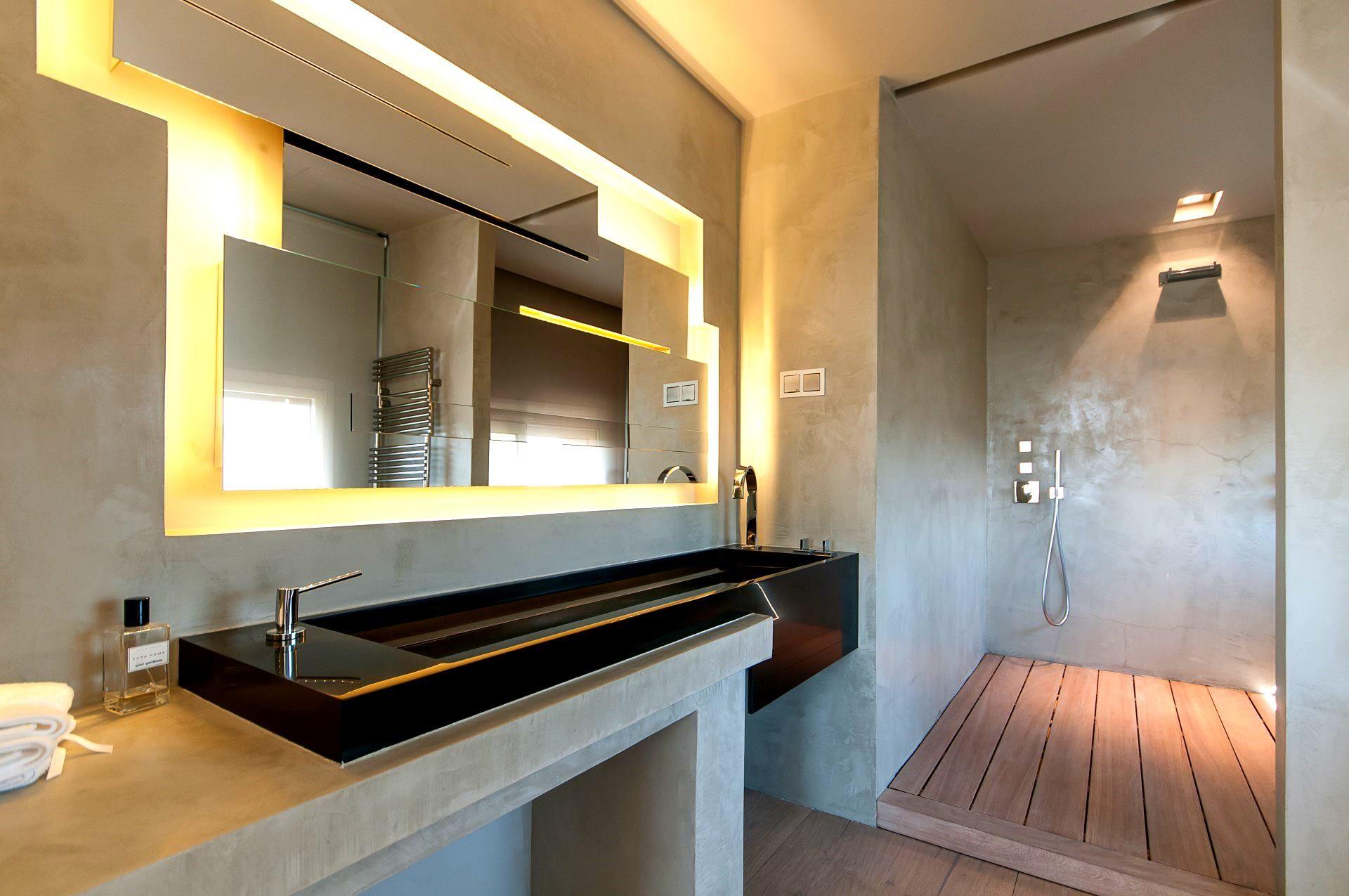 Moderna residència que destaca pel seu disseny i interiorisme obra del equipo de F. Oliva y Susana G. Hoffmann situada en zona residencial premium a 10 minuts de Barcelona. Els seus 724m² s'articulen entorn a una moderna piscina que parcialment s'endinsa a amplis espais diàfans que acullen el saló-menjador i la cuina. Aquest singular atractiu es gaudeix des pràcticament tots els espais de la casa, així com des de les 3 Plantes de les que consta. La cuina-menjador d'estiu, i una privilegiada…