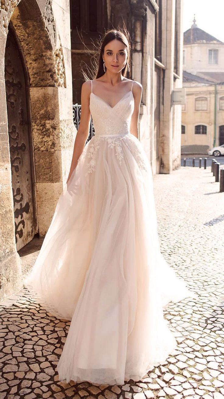Elegantes A-Linie Brautkleid mit dünnen Trägern #Hochzeitskleid