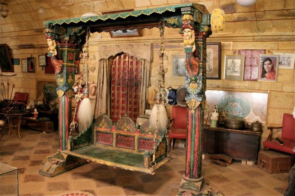 Le bureau du Maharadjah et sa balancelle d'intérieur.