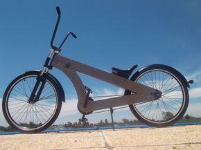 bicicleta de madera hecha a mano, con un diseño original. Ideal para paseos y disfrutar de la ciudad o la playa.